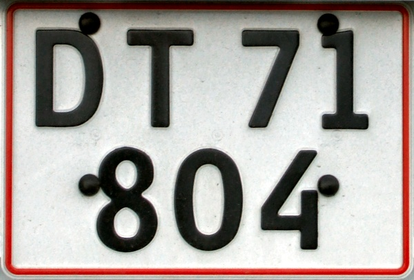 Denmark former private car double line rear plate series close-up DT 71804.jpg (92 kB)